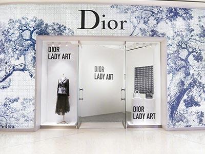 Dior与鼎富不锈钢屏风厂家的多层包包陈列架定制案例