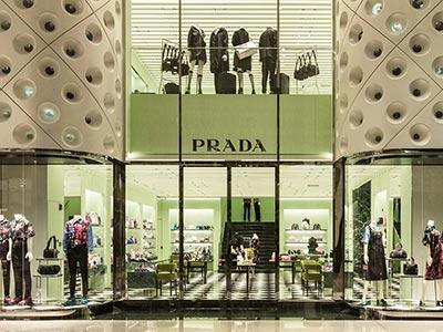 PRADA与鼎富的轻奢橱窗金属框架定制案例